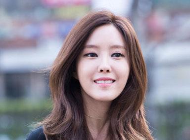众韩星亮相KBS上班路 热情与记者招手