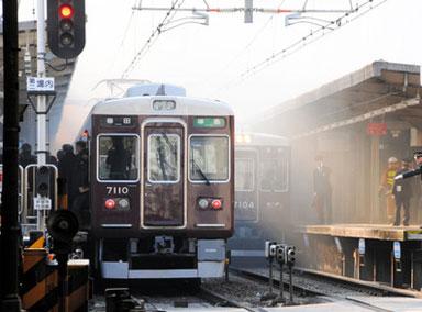 日本神户一列车与汽车相撞