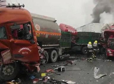 陕西:包茂高速43辆车连撞