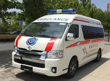 救护车鸣笛12次女司机拒不让路