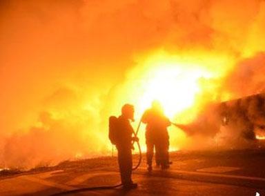 墨西哥液化气运输车高速上起火
