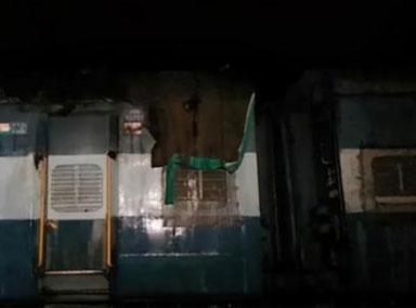 印度少年爬火车顶自拍触电
