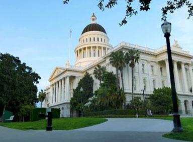 美大批黑衣人围攻加州议会大厦