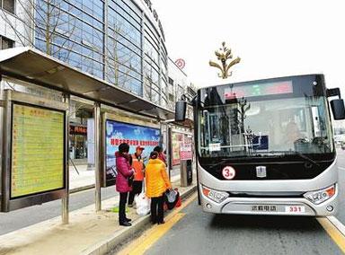 公交车急刹致女乘客重摔在地监控曝光