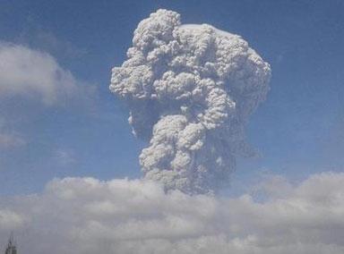印尼锡纳朋火山剧烈喷发