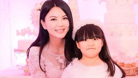 李湘与家人现身酒店