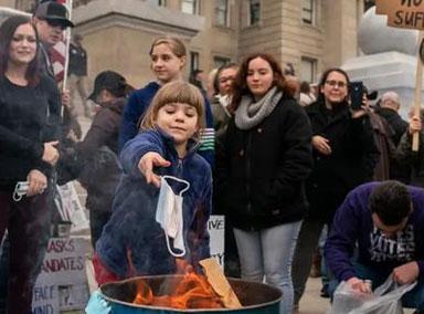 美国抗议现场:家长鼓励孩子烧口罩