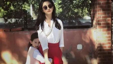 孙莉分享小女儿边弹边唱