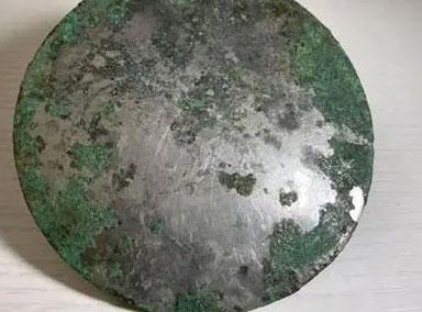 陕西古墓出土2000多年前铜镜