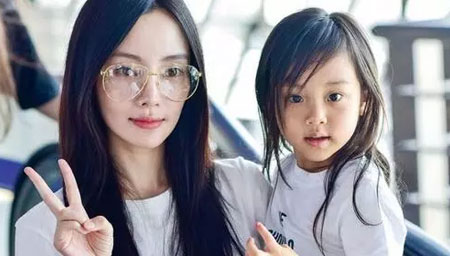 李小璐和甜馨穿母女装去野餐
