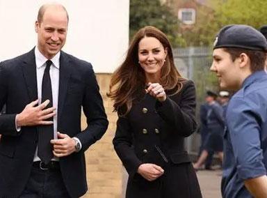 威廉王子夫妇现身空军训练团