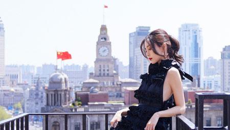 杨颖素颜与好友聚餐心情好