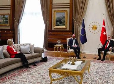 三位领导人会晤配两把椅子?