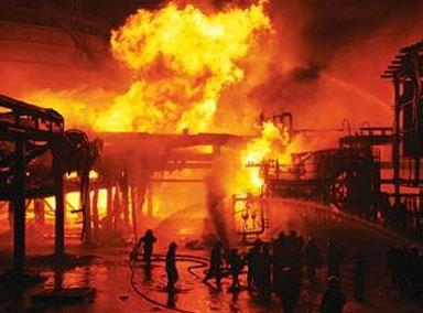 阿富汗一加油站起火引发爆炸