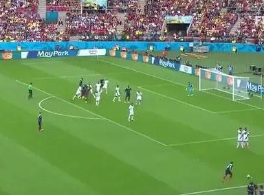"""欧洲杯:""""德法大战""""遭滑翔伞闯入"""