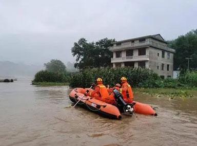 四川壤塘:连夜暴雨河水上涨